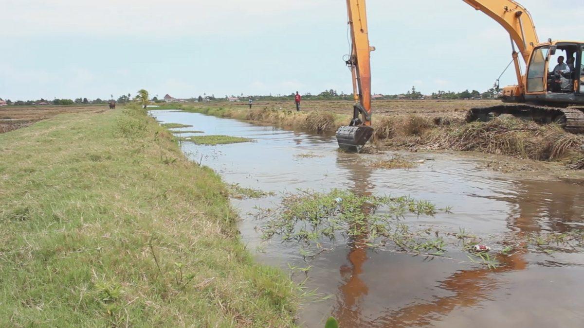 LVV levert bijdrage aan opschonen kanalen in Nickerie 1