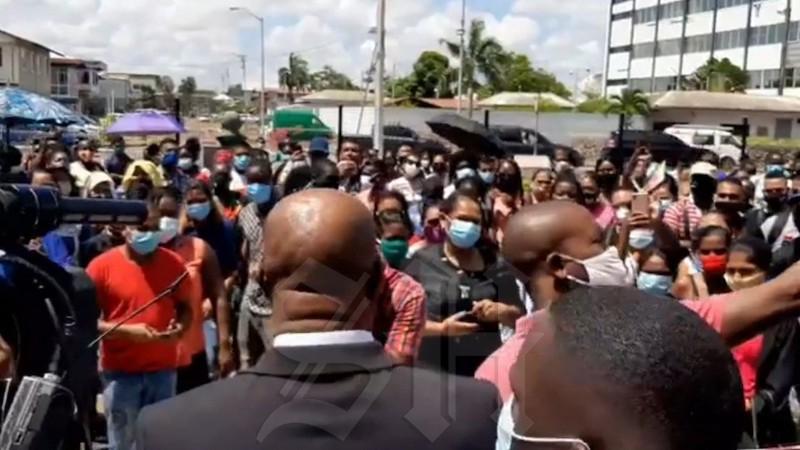 Ambtenaren Binnenlandse Zaken massaal naar regeringsgebouw